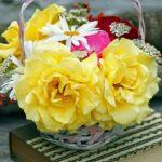 Alle tager en blomst med, der bliver lavet en blomsterkrans ud af