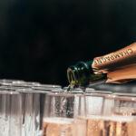 Champagne-hilsner i en trækasse