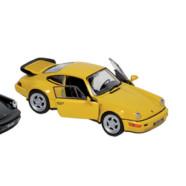 Kapløb med legetøjsbiler i snor