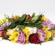 Alle tager en blomst med, som der bliver lavet en blomsterkrans ud af.