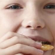 Fløjt med kiks i mund